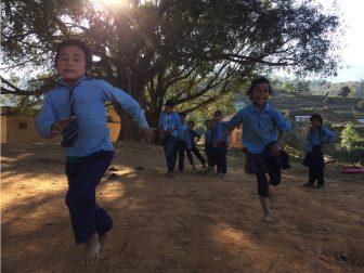 「ケンケンで競争」 体育の授業を通して、順番を守ることや体の動かし方を紹介します。