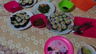 日本食として巻き寿司を作った際、お漬物と醤油も一緒に